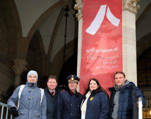 White Ribbon Österreich Fahne am Rathaus Wien 2018